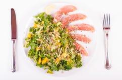Посолите семг с свежим салатом в плите фарфора Стоковые Фотографии RF