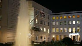 Посольство США американское в Берлине на ноче 4K видеоматериал