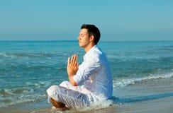 посредничество мужчины пляжа Стоковые Изображения
