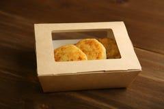 Поставка блинчиков сыра в бумажном контейнере стоковые изображения rf