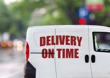Поставка в срок, фургон на улице города Стоковые Фото