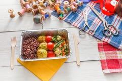 Поставка еды коробки для завтрака здоровая для dressmaker Стоковые Фото
