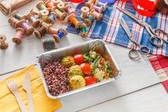 Поставка еды коробки для завтрака здоровая для dressmaker Стоковые Изображения RF