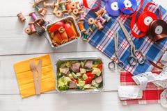 Поставка еды коробки для завтрака здоровая для dressmaker Стоковые Изображения
