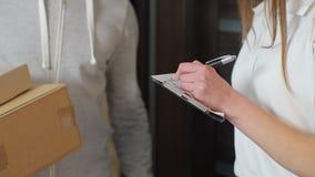 Поставка, почта, люди и концепция доставки - счастливый человек поставляя коробки пакета к дому клиента сток-видео