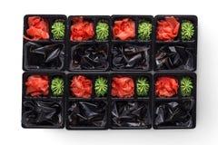 Поставка суш Имбирь, wasabi и соевый соус в изолированной коробке взятия отсутствующей, Стоковые Изображения