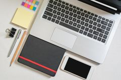 Поставки взгляда сверху для бизнесмена или офицера, ноутбука, черной тетради, мини красочного бумажного примечания, мобильного те стоковые изображения