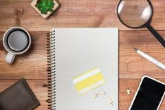 Поставки и устройства на таблице стола Он-лайн принципиальная схема покупкы Стоковая Фотография