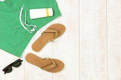 Поставки пляжа на Floorboard Стоковая Фотография