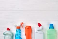 Поставки чистки дома на деревянной предпосылке Стоковое Фото