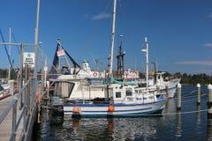 Поставленная на якорь рыбацкая лодка причаленная и стоковое фото rf