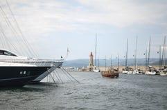 Поставленная на якорь яхта в St. Tropez стоковое фото rf