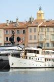 Поставленная на якорь яхта в St. Tropez стоковая фотография