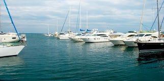 поставленные на якорь белые яхты Стоковые Фото