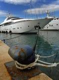 поставленные на якорь роскошные яхты стоковое изображение