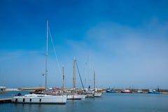 Поставленные на якорь яхты около пристани стоковое фото rf