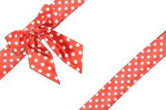 Поставленные точки красные смычок и тесемка подарка сатинировки Стоковые Изображения RF