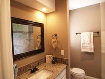 Поставленный и очистите современную ванную комнату стоковые изображения rf