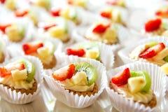 Поставляя еду помадки, крупный план различных видов тортов на событии или прием по случаю бракосочетания