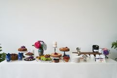 Поставляя еду шведский стол свадьбы для событий Таблица десерта в ресторане стоковые изображения rf