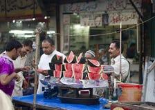 Поставщики арбуза на благотворительном базаре в Лахоре, Пакистане Стоковая Фотография