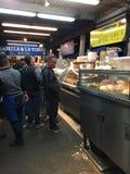 Поставщики морепродуктов на причале ` s рыболова стоковая фотография