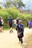 Поставщики холма племенные вдоль главной улицы Sapa 21-ого сентября 2015, Sapa, Вьетнам С стоковое изображение