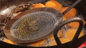 Поставщик еды глубоко жаря традиционную еду сток-видео