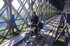 Поставщик еды дорабатывает его велосипед для работы Стоковое Фото