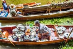 Поставщик еды на рынке Damnoen Saduak плавая, Таиланде Стоковые Изображения RF