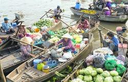 Поставщик еды продавая лапши на шлюпке стоковые изображения rf