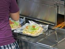 Поставщик еды улицы подготавливает плоский хлеб Стоковые Фотографии RF