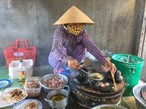 Поставщик женщины варя еду улицы в Vung Tau, Вьетнаме Стоковые Фотографии RF