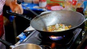 Поставщик женщины подготавливая азиатскую еду в сковороде на рынке ночи Jomtien nuch pattaya Таиланд nong ботанического сада акции видеоматериалы