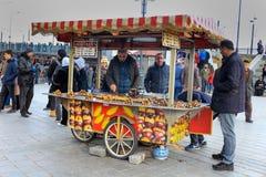 Поставщик зажаренный в духовке чернью каштана Eminonu Стамбул Стоковое Фото