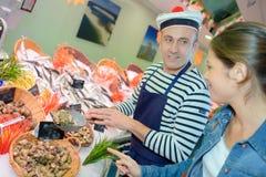 Поставщик морепродуктов нося французскую шляпу стоковое изображение rf