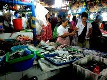 Поставщик мяса и рыб в влажном рынке в cubao, городе quezon, Филиппинах стоковые фотографии rf