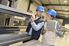 Поставщик обсуждая с инженером на продукции стоковое изображение rf