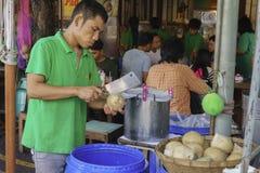 Поставщик отрезанный кокос Стоковая Фотография