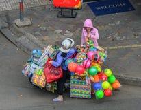 Поставщик продавая игрушки на улице стоковая фотография
