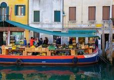 Поставщик продавая овощи на шлюпке в Венеции Италии Стоковая Фотография RF