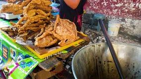 Поставщик продает свежо зажаренное chicharron кож свинины к мексиканской женщине на уличном рынке Перемещение в Мексике видеоматериал