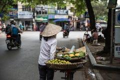 Поставщик продавая плодоовощи стоковые изображения rf