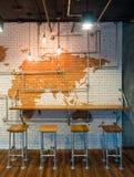 Поставьте встречный бар на обсуждение с шариком стульев и светов над кирпичом wal Стоковые Изображения RF