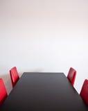 Поставьте на обсуждение и 4 стула Стоковые Изображения