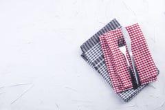 Поставьте полотенца на обсуждение красного и серого цвета, вилки и ножа Белая таблица Servlet для обеда скопируйте космос Стоковое Фото