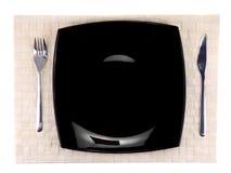 Поставьте сервировк-нож на обсуждение, плиту, вилку на фоне цвета. Стоковая Фотография RF