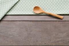 Поставьте точки текстура ткани, деревянная swooden ложки на предпосылке текстурированной древесиной стоковые фото