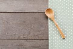 Поставьте точки текстура ткани, деревянная swooden ложки на предпосылке текстурированной древесиной Стоковые Изображения