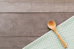 Поставьте точки текстура ткани, деревянная swooden ложки на предпосылке текстурированной древесиной Стоковая Фотография